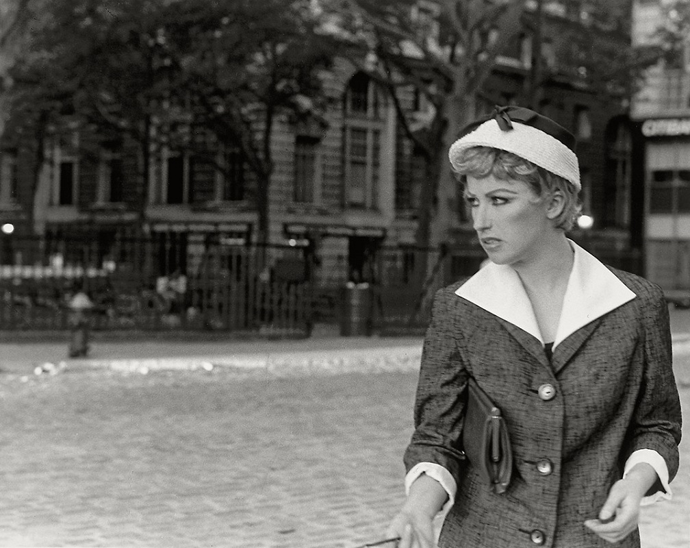 cindy shermans photograph essay Cindy sherman is a completely different entity, but like leibovits, she approaches photography in a highly creative way sherman is much more a fine arts photographer than leibovits she used her art to comment on social issues such as feminism.